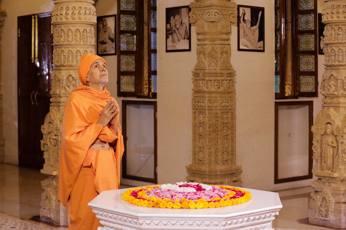 Swamishri observes carving of the dome