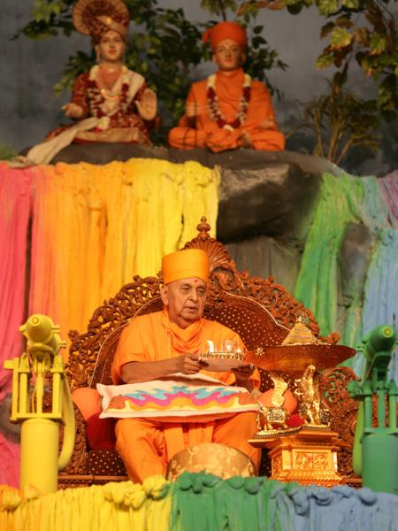 Swamishri and senior sadhus perform arti of Shri Harikrishna Maharaj