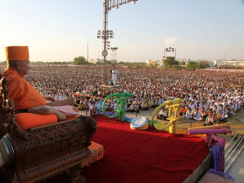 Swamishri and devotees during the assembly