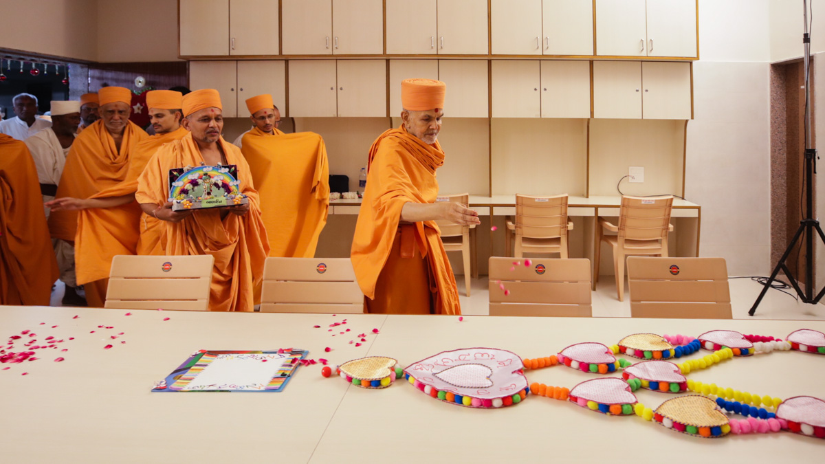 Swamishri visits the rooms