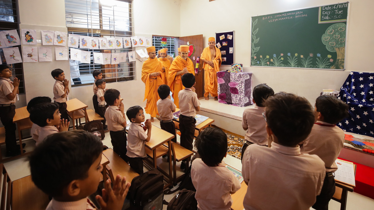 Swamishri visits the class room