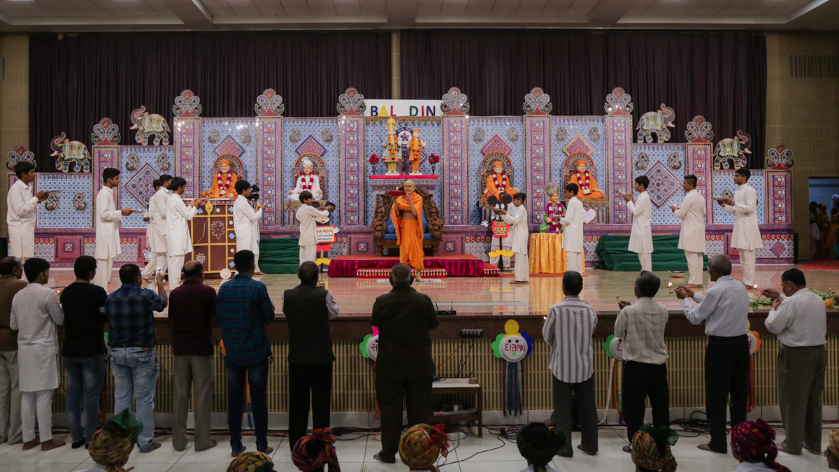Swamishri and devotees perform the evening arti