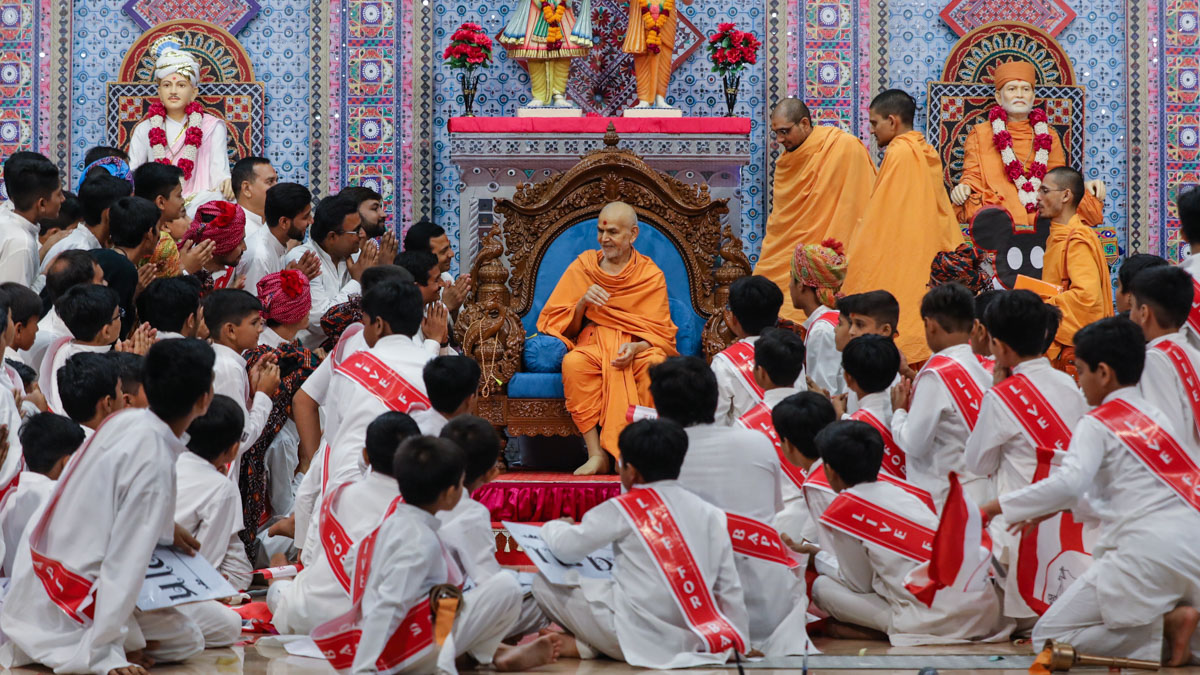 Swamishri blesses children and youths