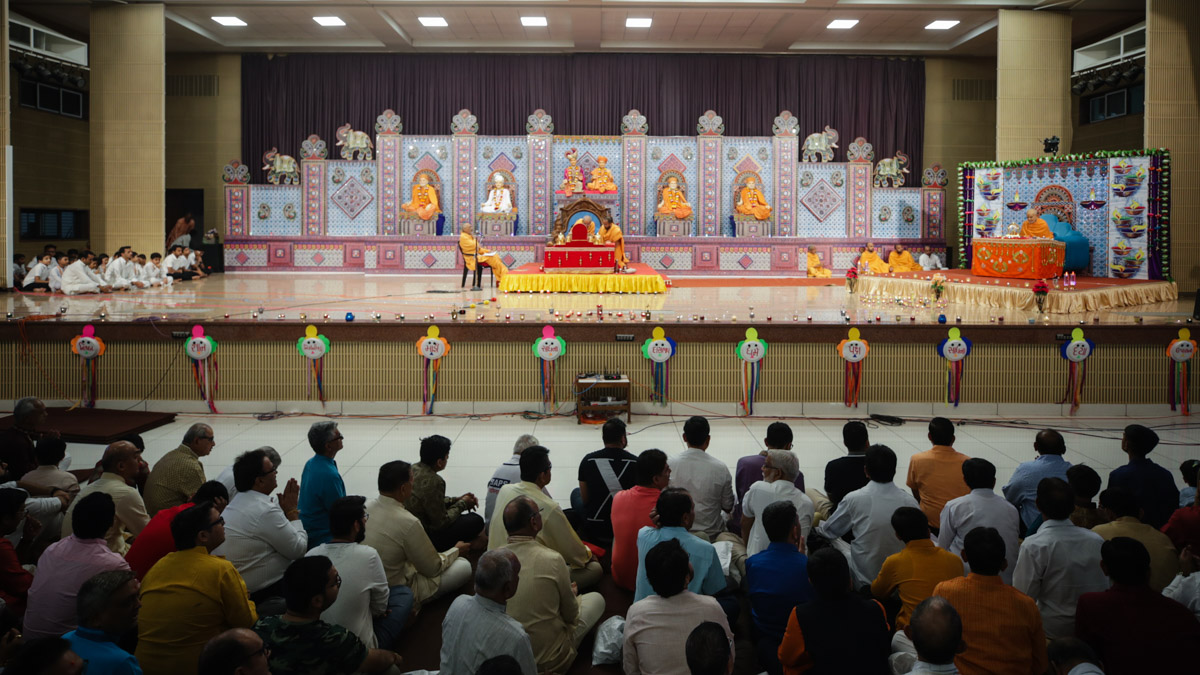 Swamishri performs his morning puja and Aksharcharan Swami performs New Year mahapuja