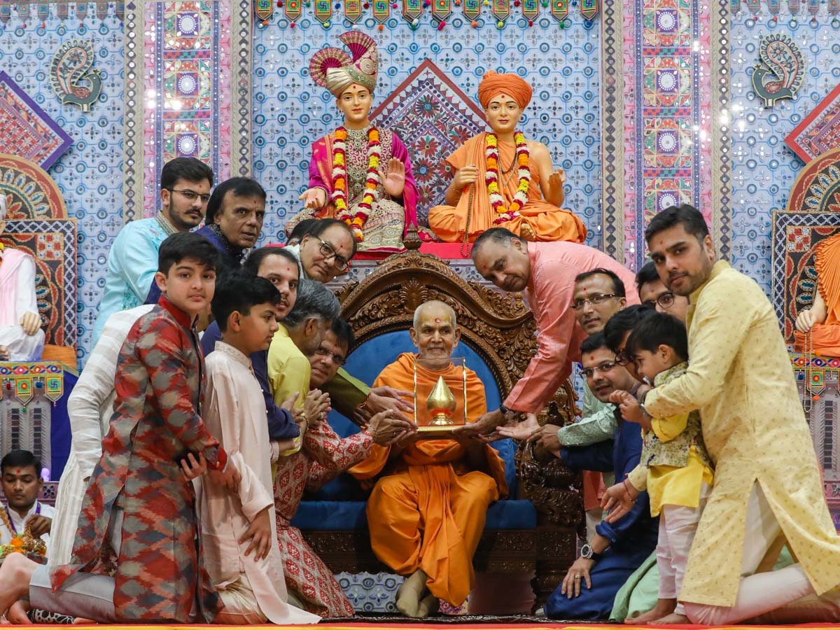 Swamishri blesses three generations of Ajmera family