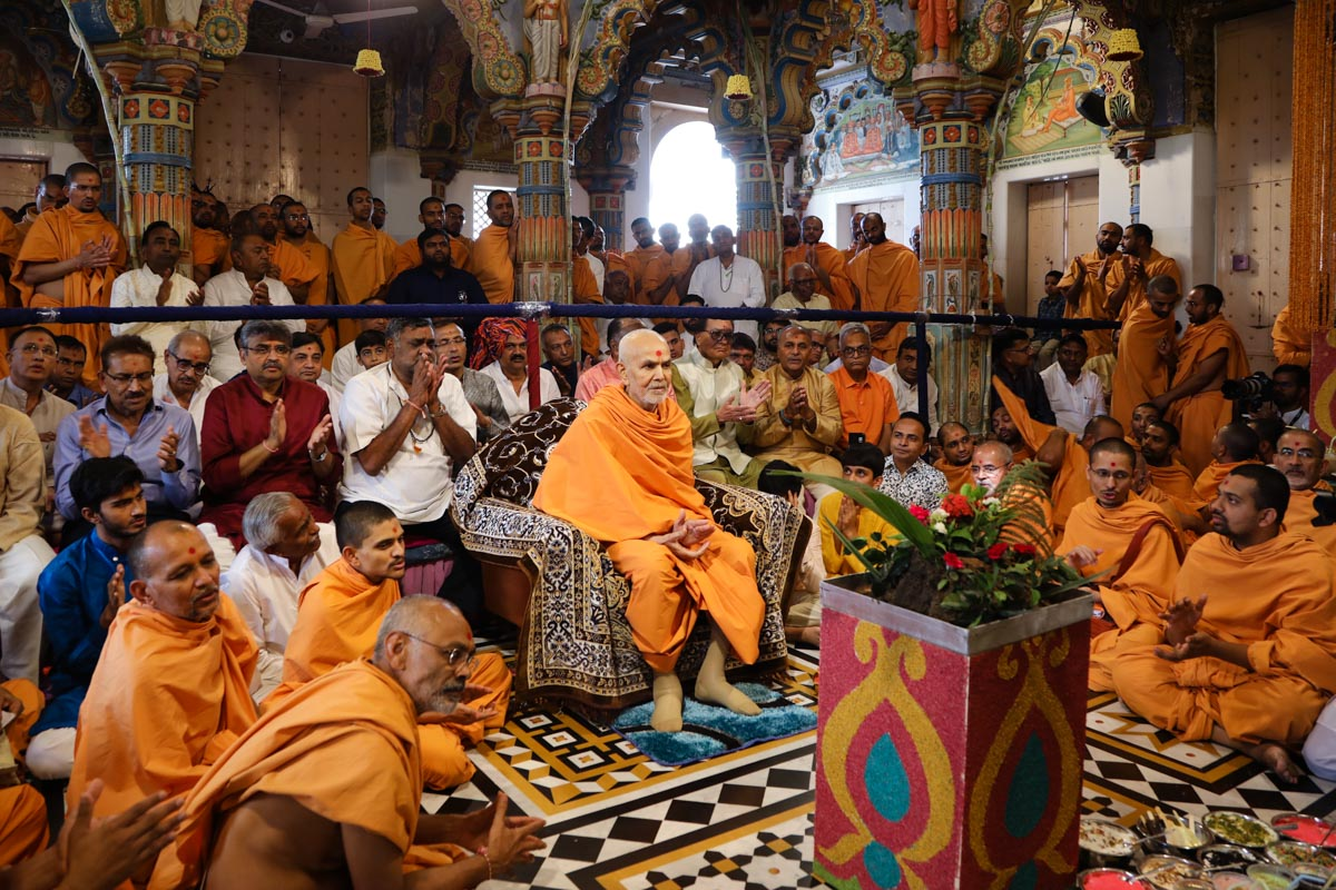 Swamishri and devotees sing thal