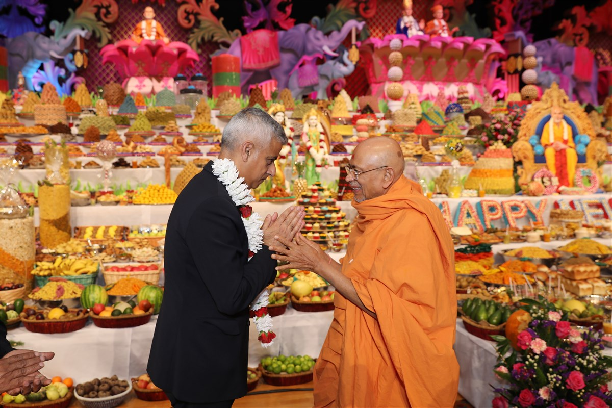 Mr Khan was warmly greeted in the New Year's Day assembly by Sadguru Pujya Tyagvallabh Swami