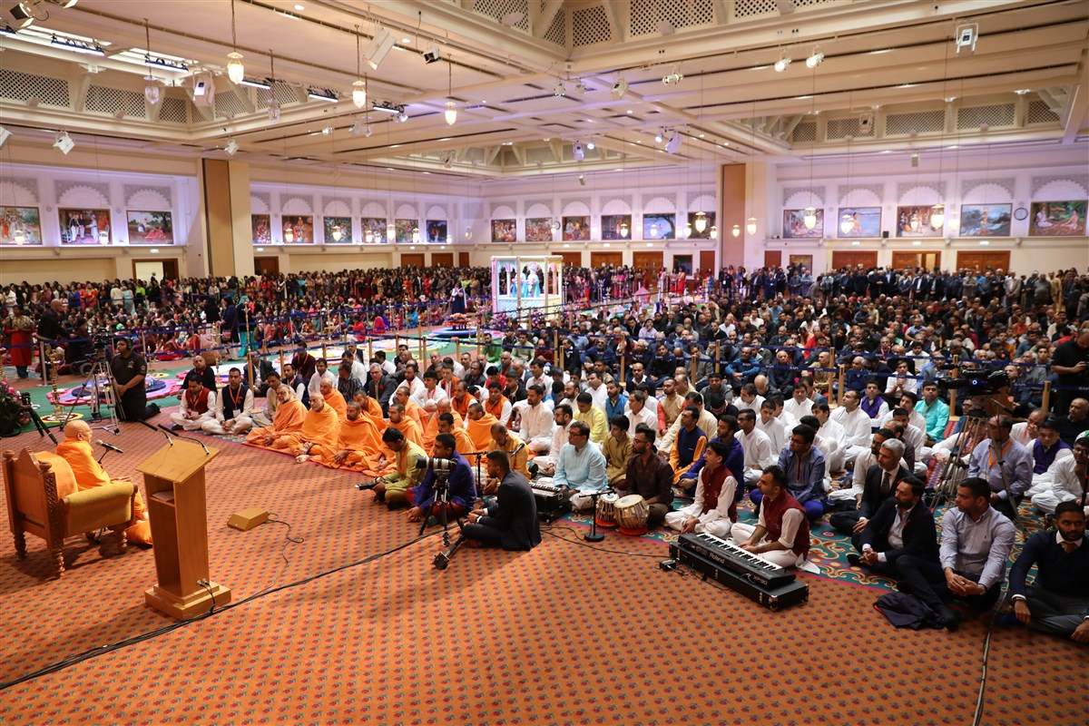 Pujya Tyagvallabh Swami prayed for peace, success, harmony and righteous prosperity to prevail over London, the UK and the world