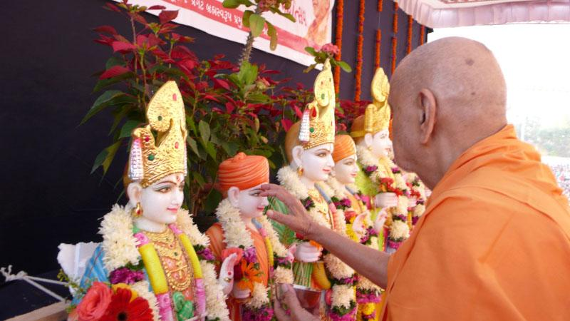 Swamishri performs murti-pratishtha rituals of BAPS mandir for Nani Vahiyal