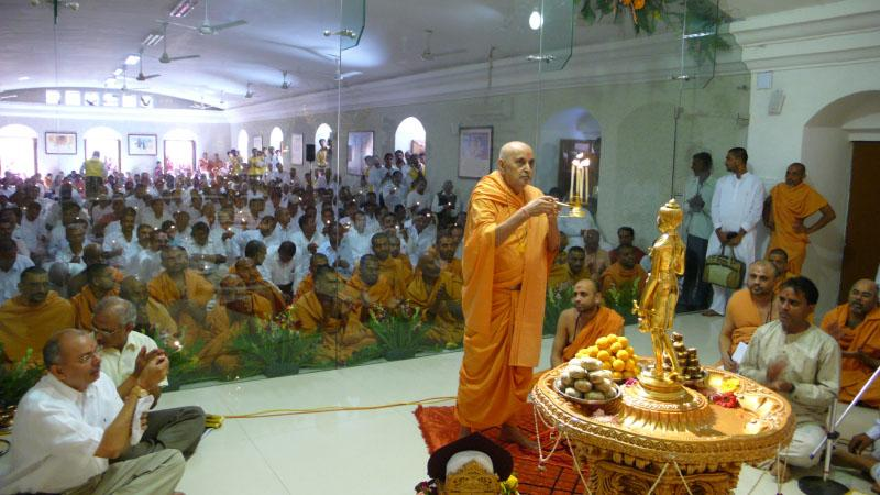 Swamishri and devotees perform pratishtha arti