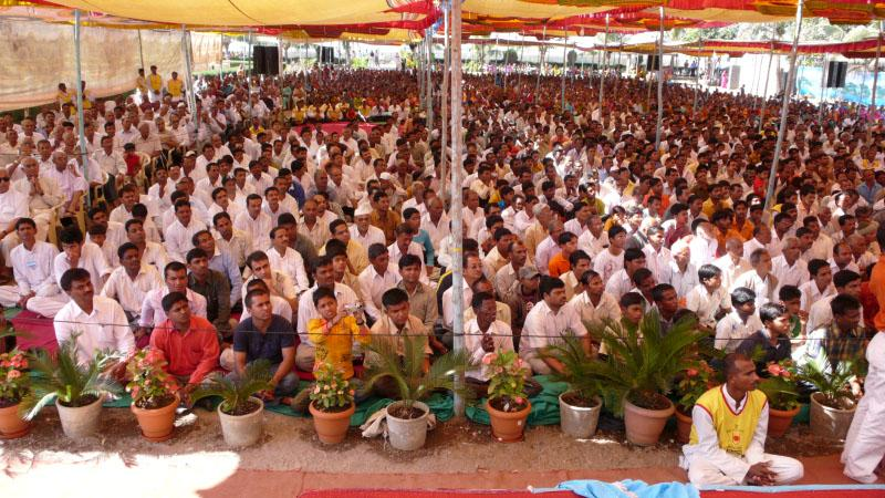 Devotees during the pratishtha assembly