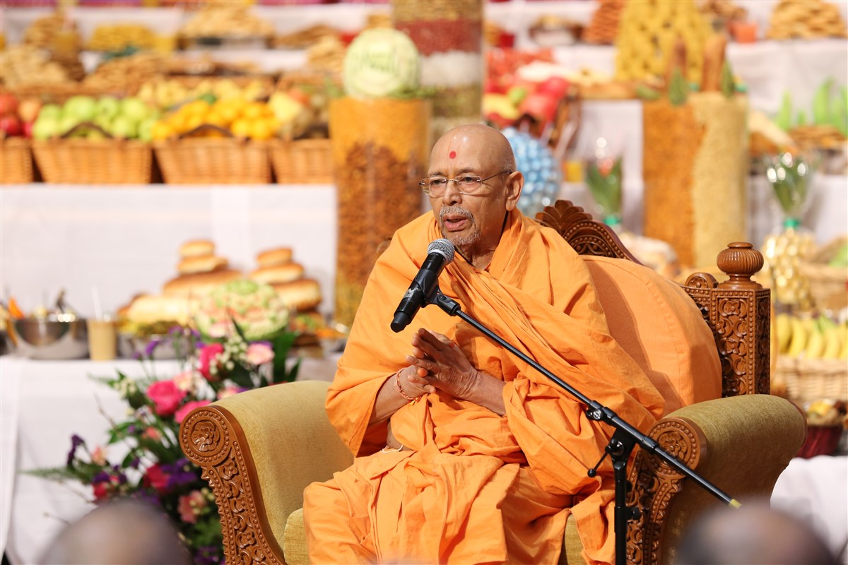 Pujya Tyagvallabh Swami addressed the assembly with his New Year's prayers