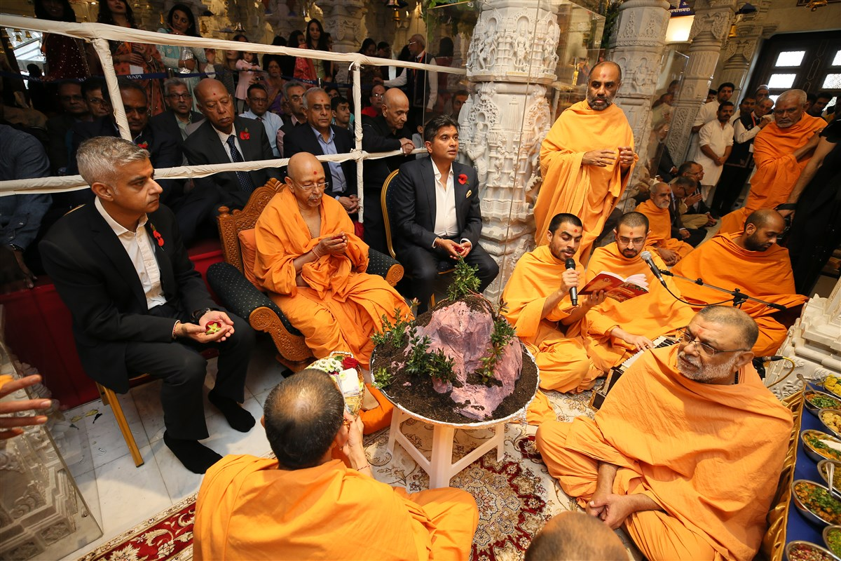 Tyagvallabh Swami, the Mayor of London and guests performed the New Year's Govardhan Puja