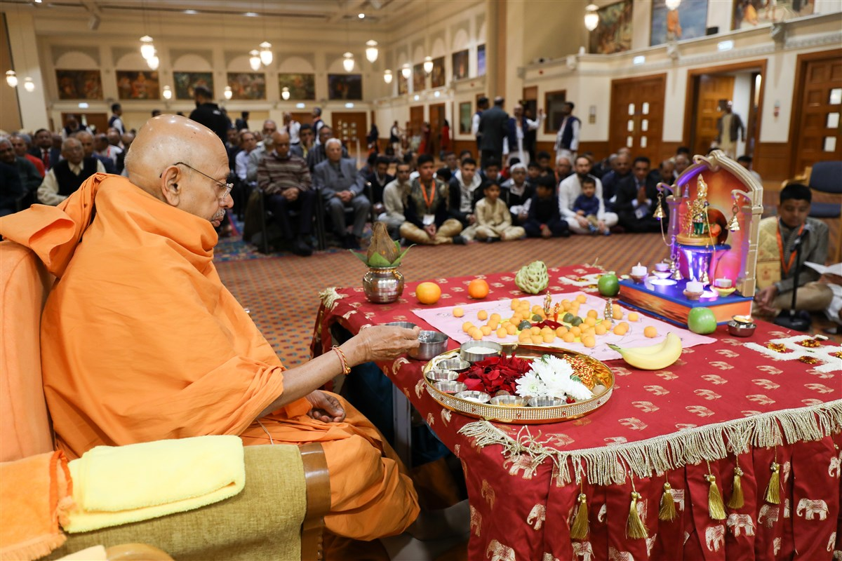 Sadguru Pujya Tyagvallabh Swami performed the first mahapuja of the New Year