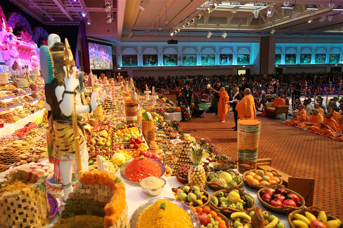 Tyagvallabh Swami, Yogvivek Swami and the Mayor of London performed the annakut arti