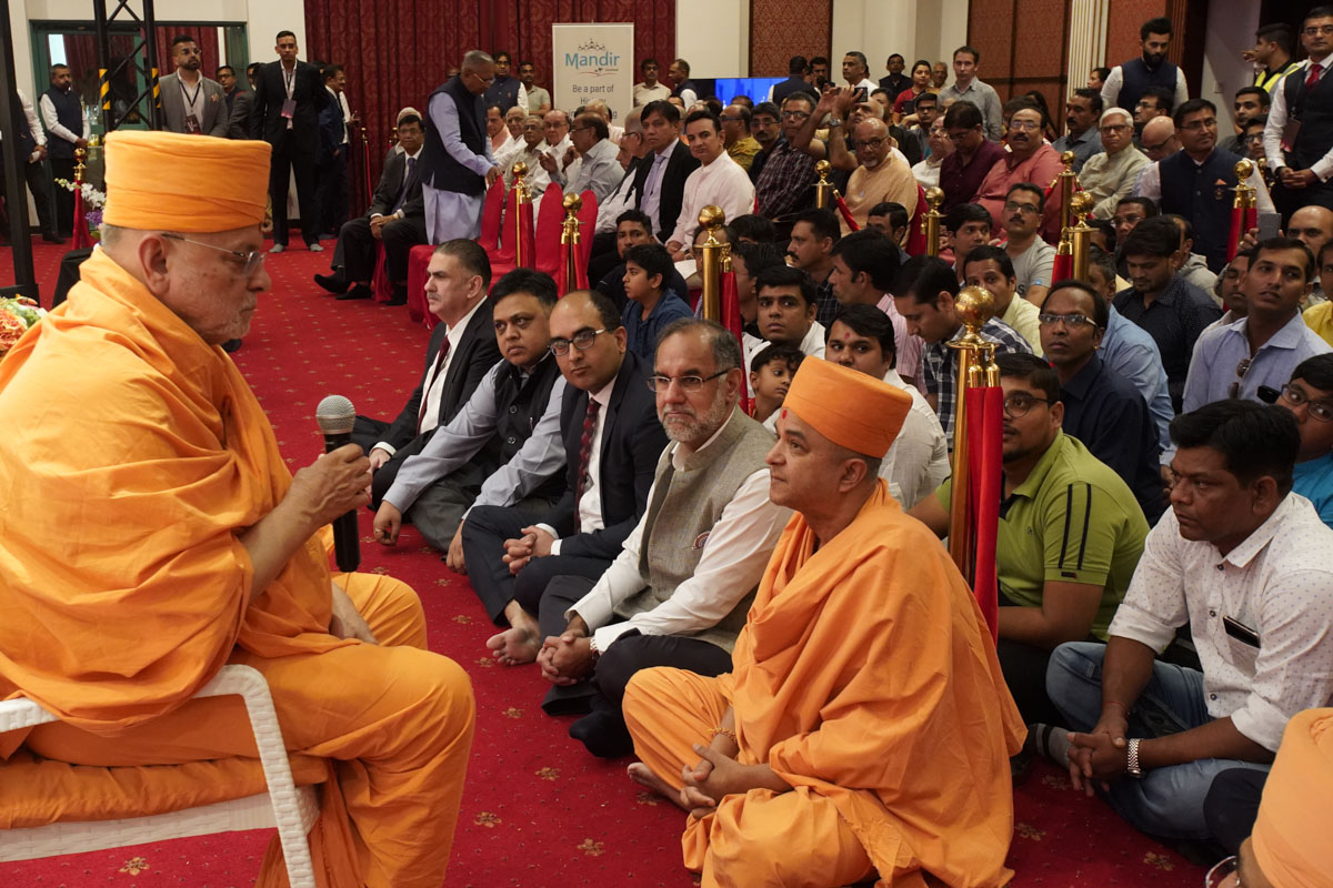 Pujya Ishwarcharan Swami blesses the gathering