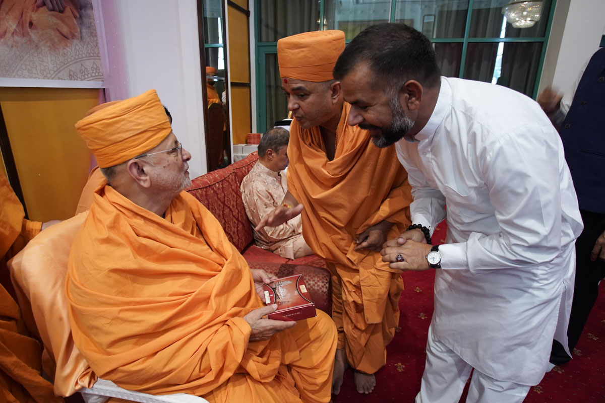 A guest meets Pujya Ishwarcharan Swami