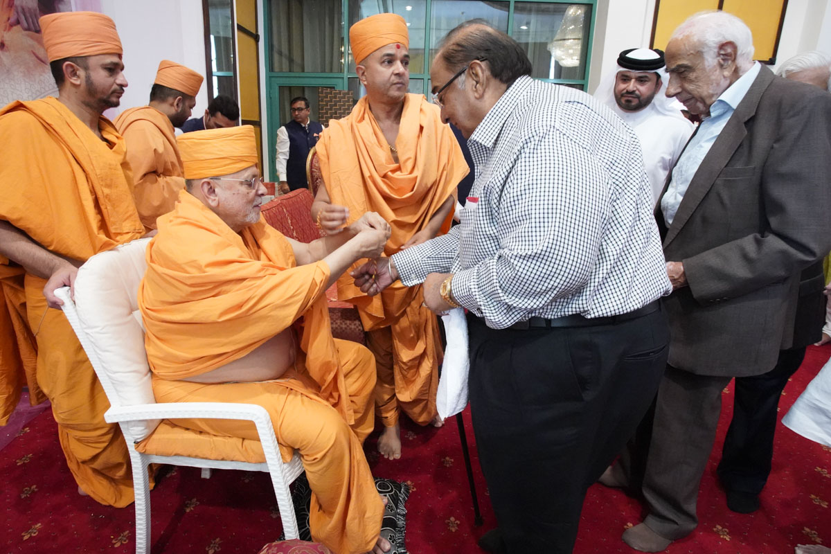 Pujya Ishwarcharan Swami ties a nadachhadi to a guest