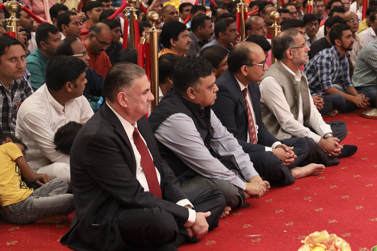 The Ambassador, Consul General and other guests offer their devotion