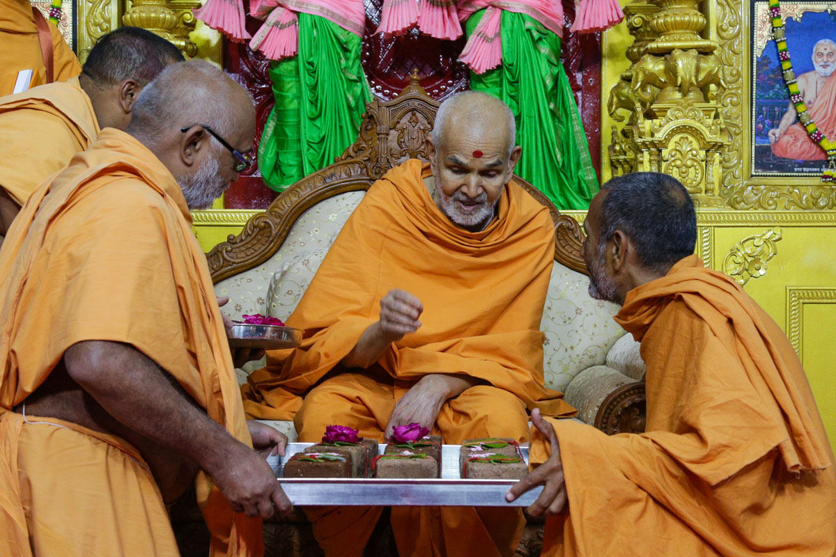 Swamishri sanctifies bricks for new constructions