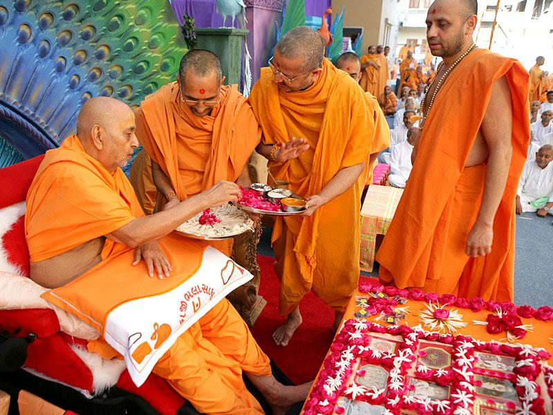 Swamishri sanctifies janois for the diksha ceremony