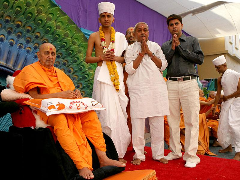 Swamishri with newly initiated parshad and his parent