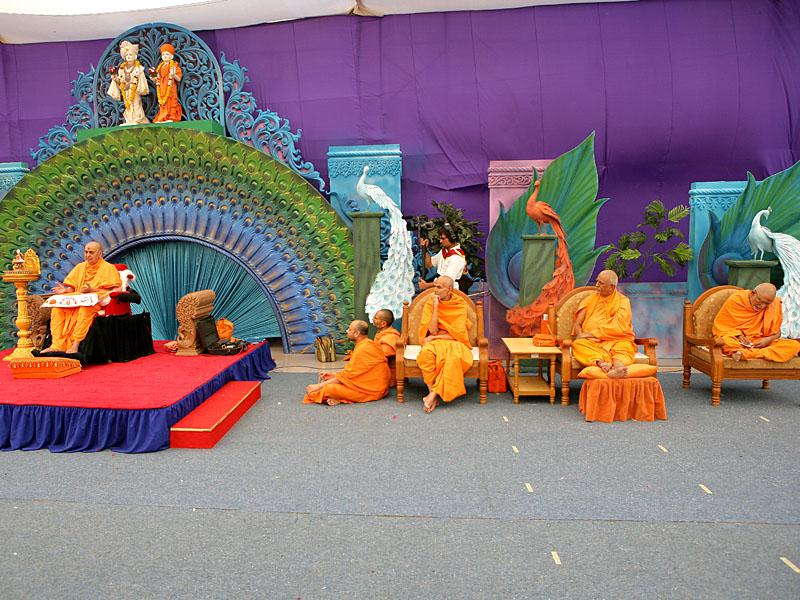 Swamishri blesses the diksha assembly