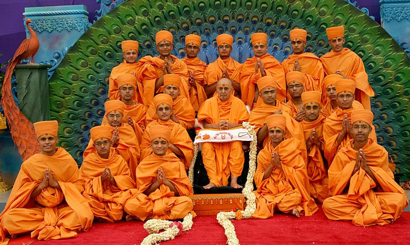 Swamishri with newly initiated sadhus and parshads