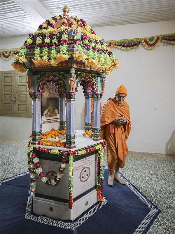 Swamishri performs pradakshina of shrine of Purushottamdas Swami (Khandeshi)