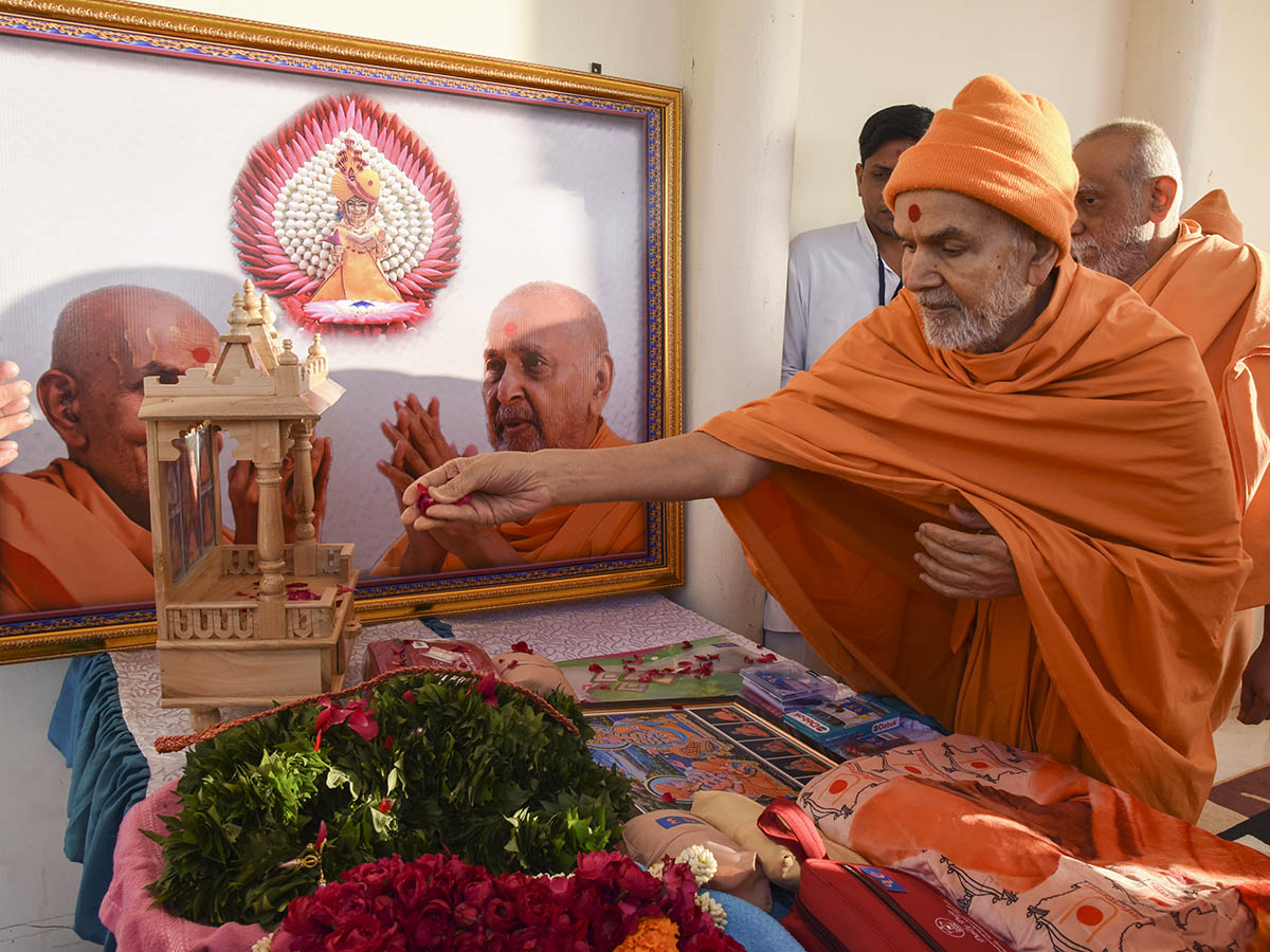 Swamishri sanctifies a ghar mandir and murtis