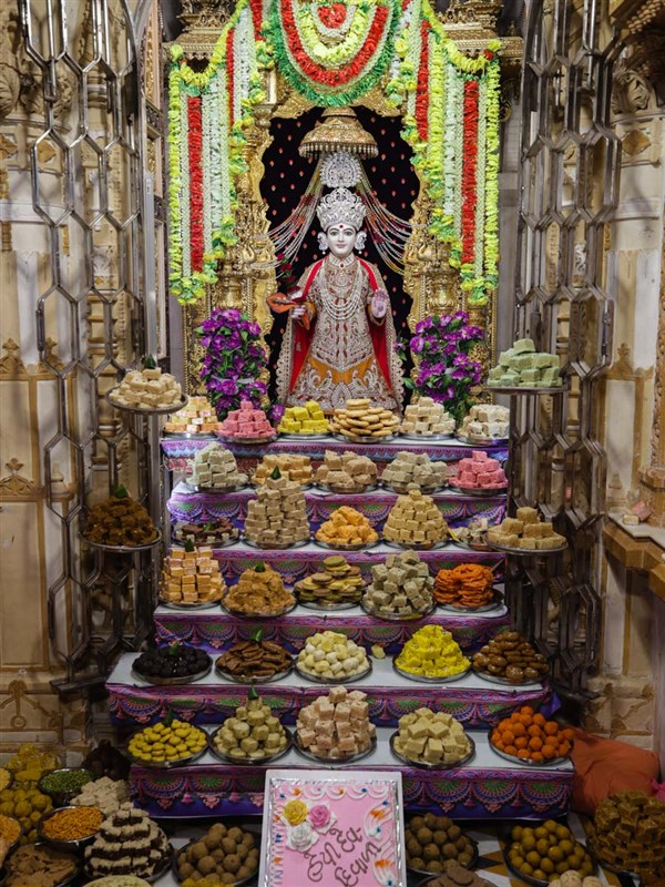 Annakut offered to Shri Ghanshyam Maharaj on Kartik Punam (Dev Diwali)