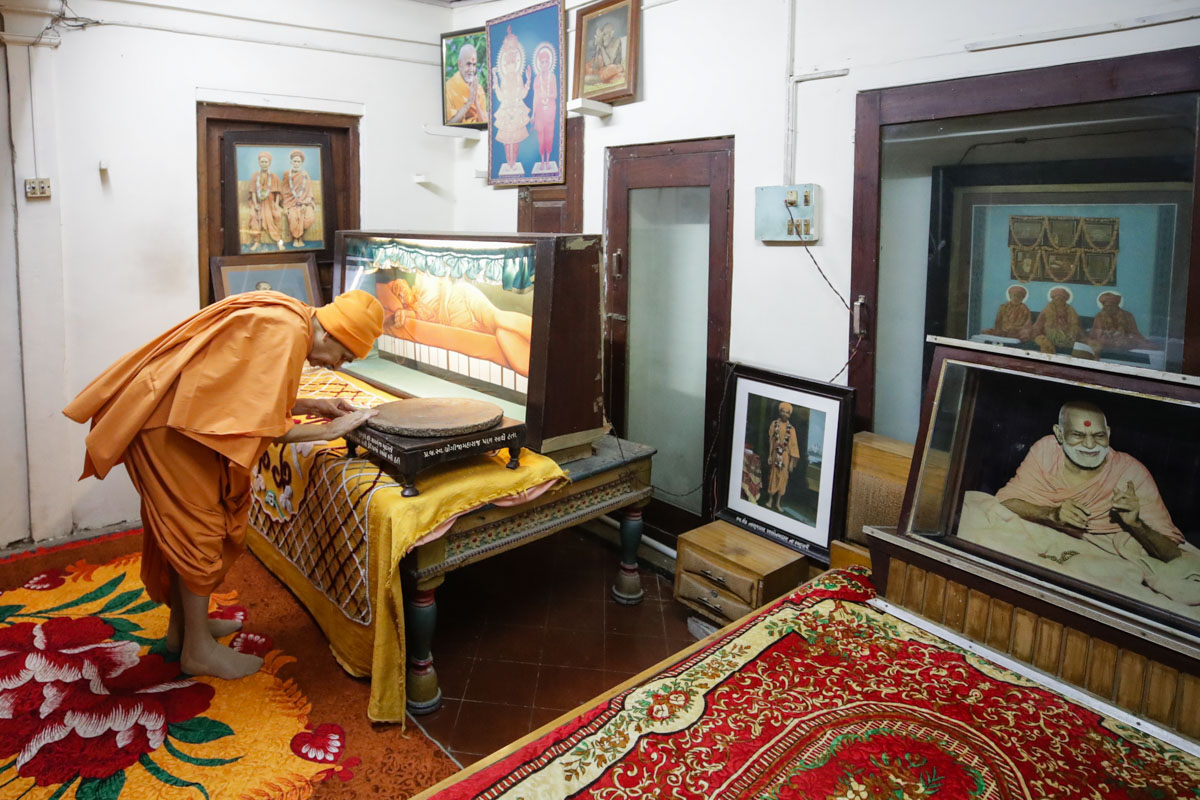 Swamishri engrossed in darshan in the room of gurus Brahmaswarup Shastriji Maharaj, Yogiji Maharaj and Pramukh Swami Maharaj