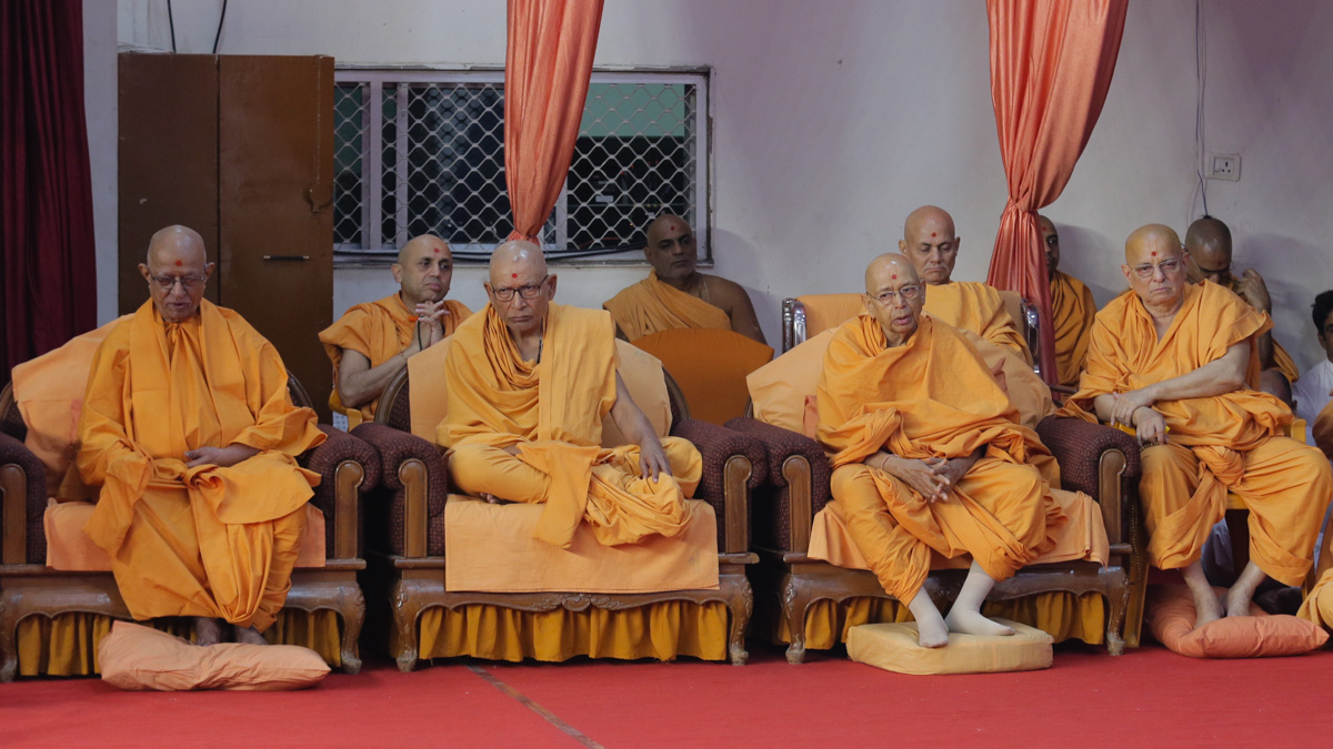 Senior sadhus doing darshan of Swamishri's puja