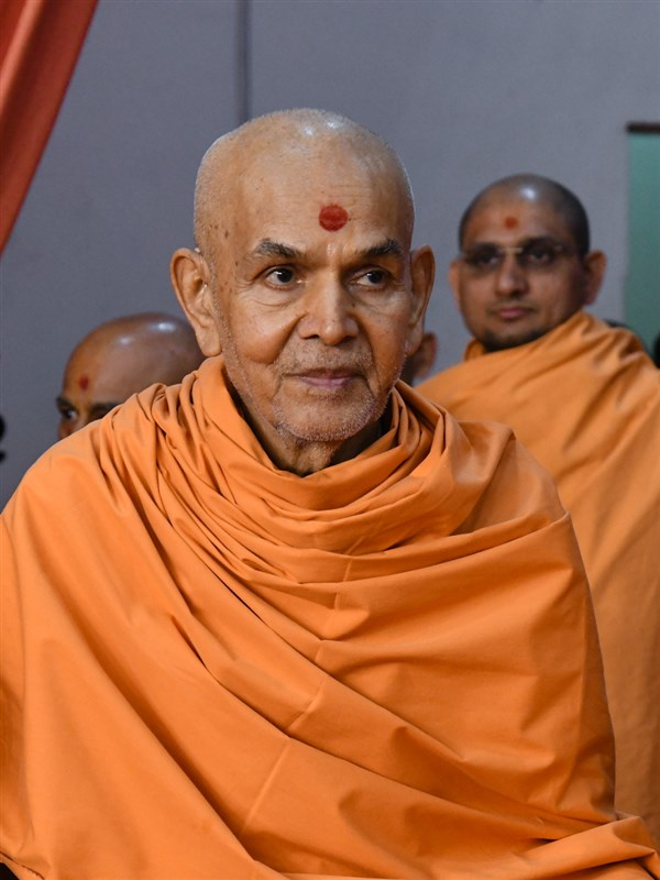 Swamishri arrives in the assembly