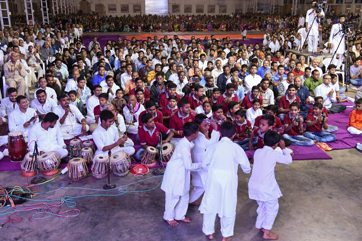 Children rejoice before Swamishri