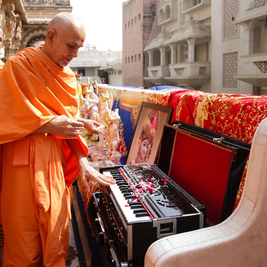 Swamishri sanctifies a harmonium