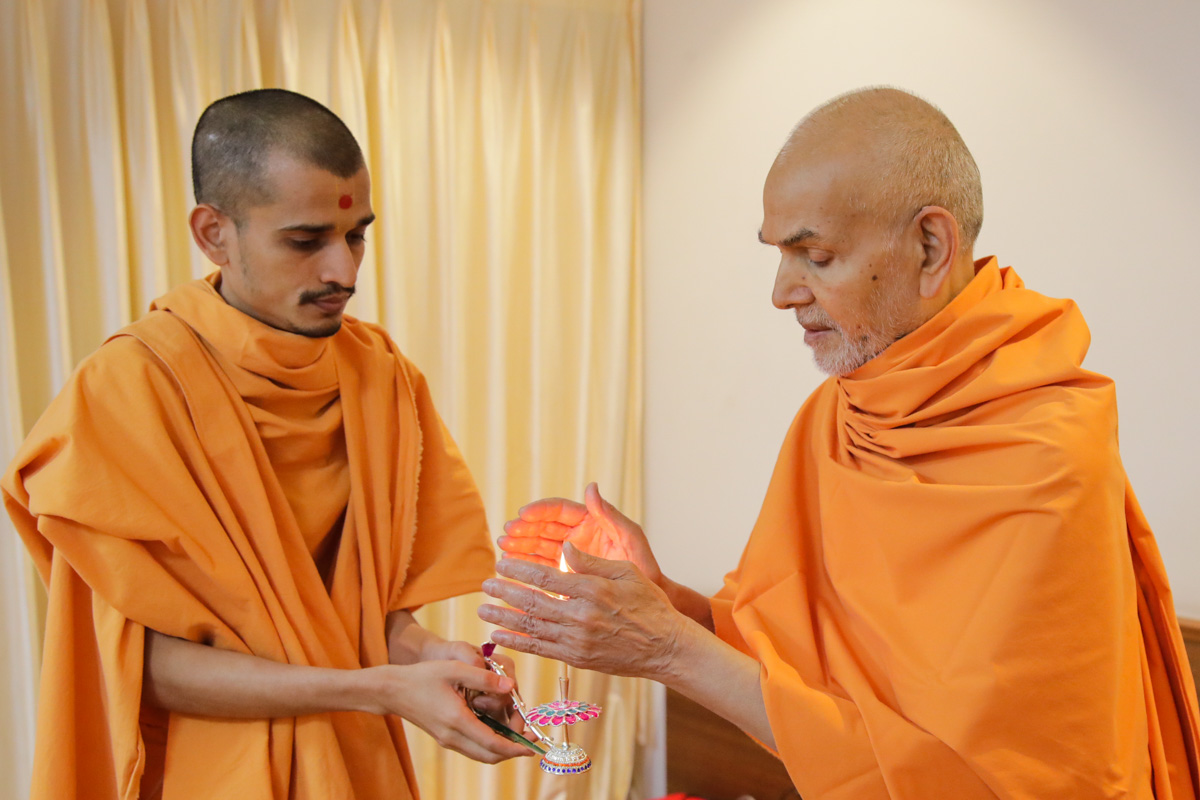 Swamishri takes ashka of the arti