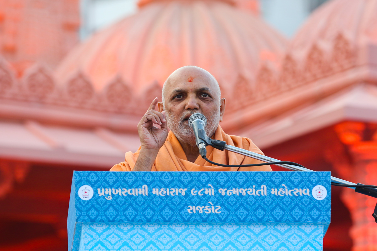 Yagnapriya Swami addresses the assembly