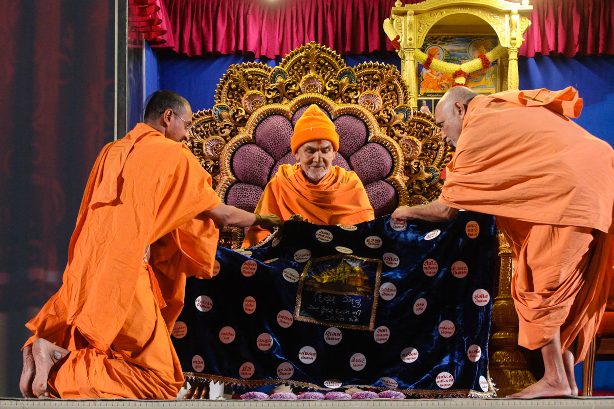 Sadhus honor Swamishri with a shawl