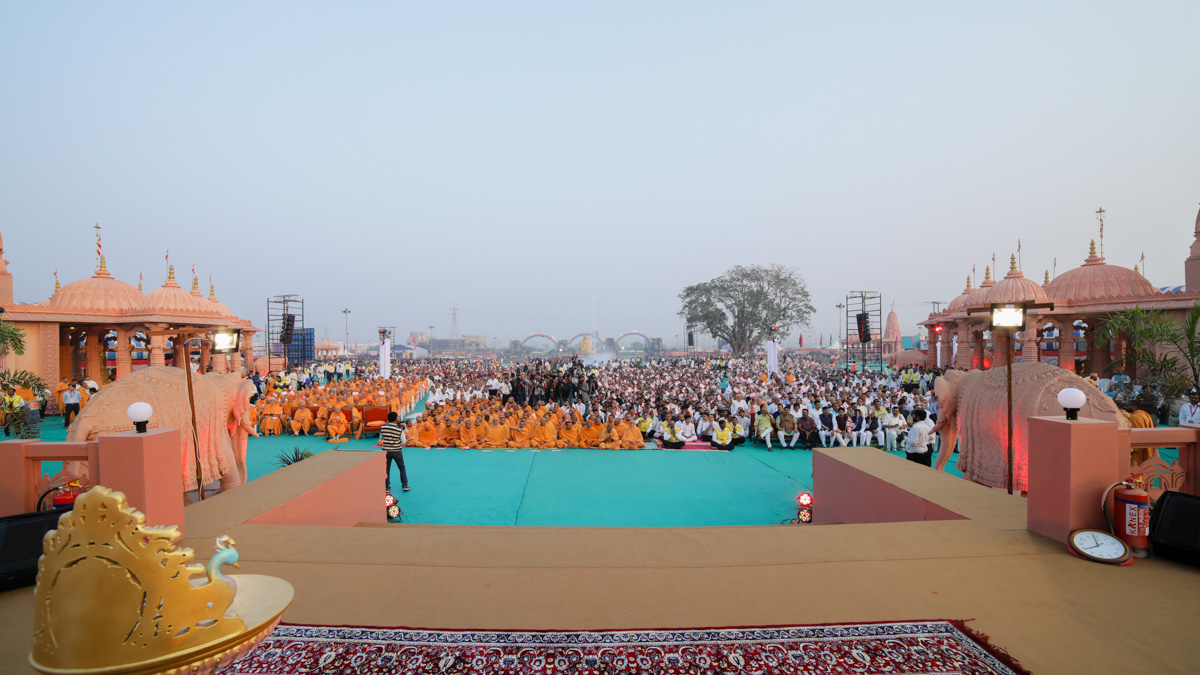 Sadhus, dignitaries and devotees during the assembly