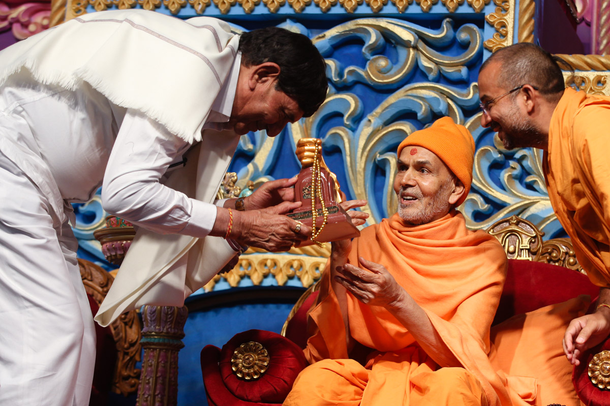 Swamishri blesses a dignitary
