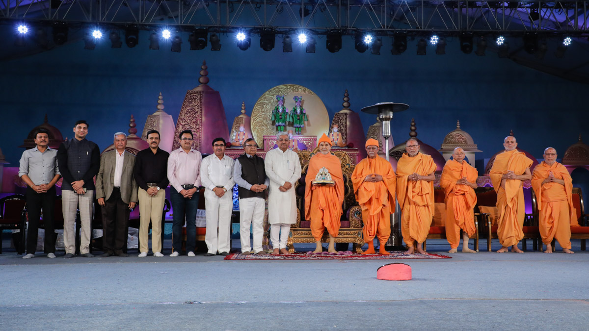 Swamishri, senior sadhus and invited guests on stage