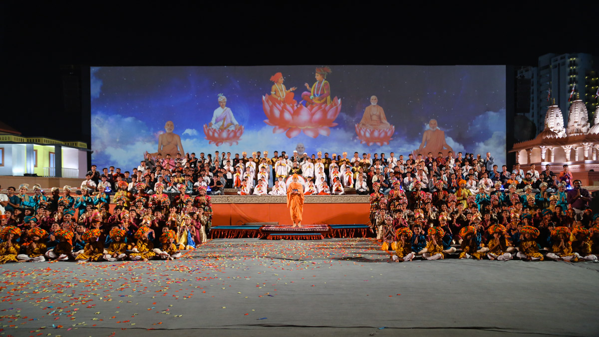 Performers with Swamishri