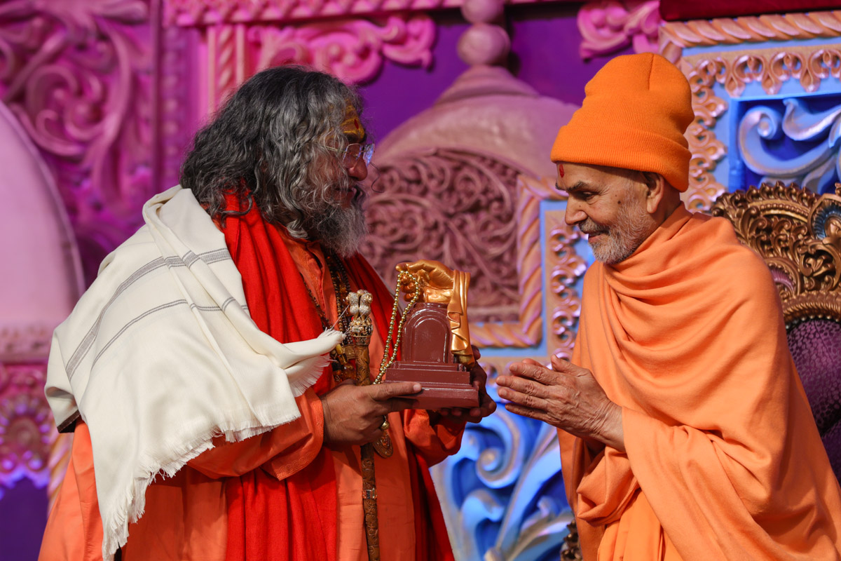 Swamishri presents mementos to invited guests