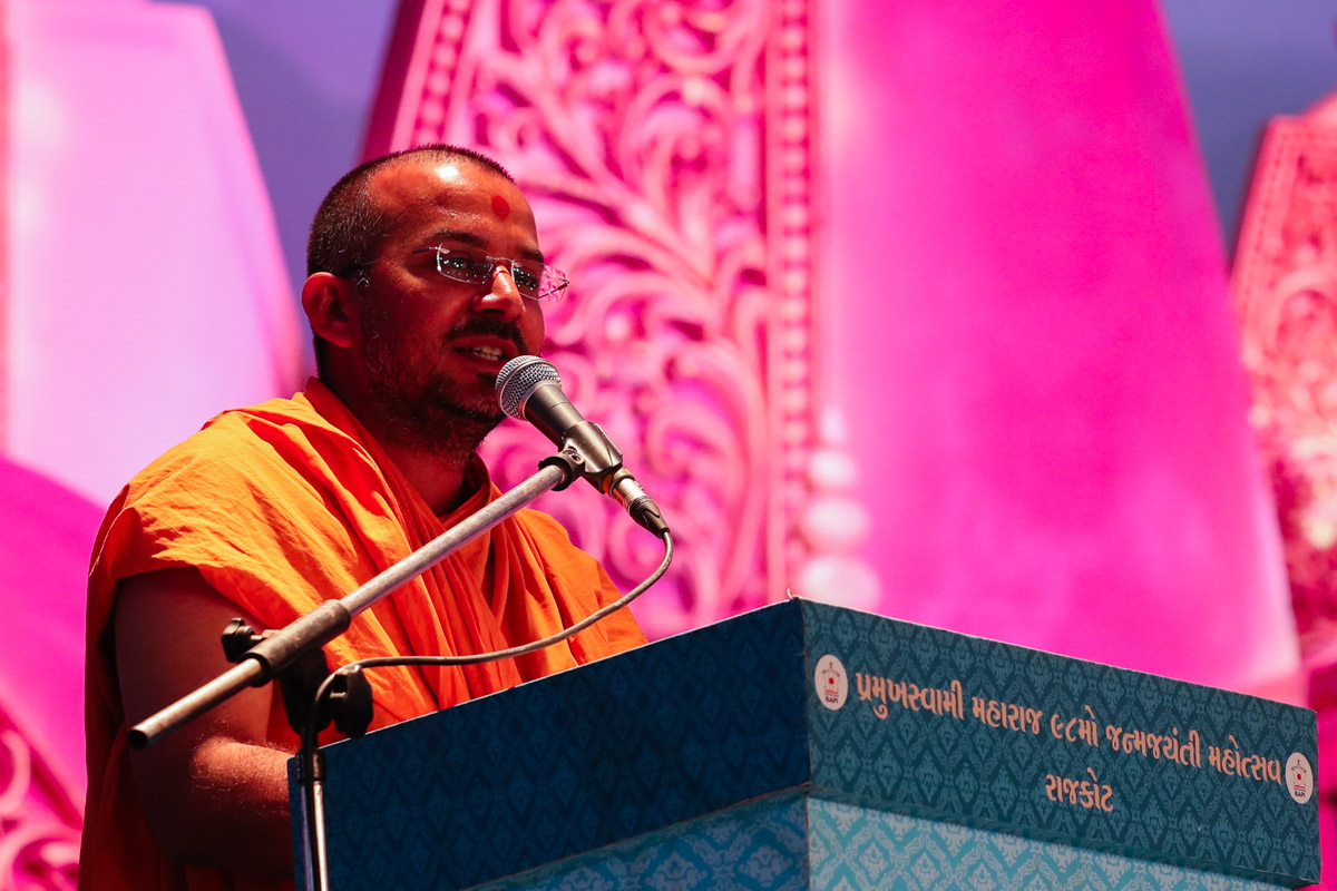 Apurvamuni Swami addresses the evening satsang assembly