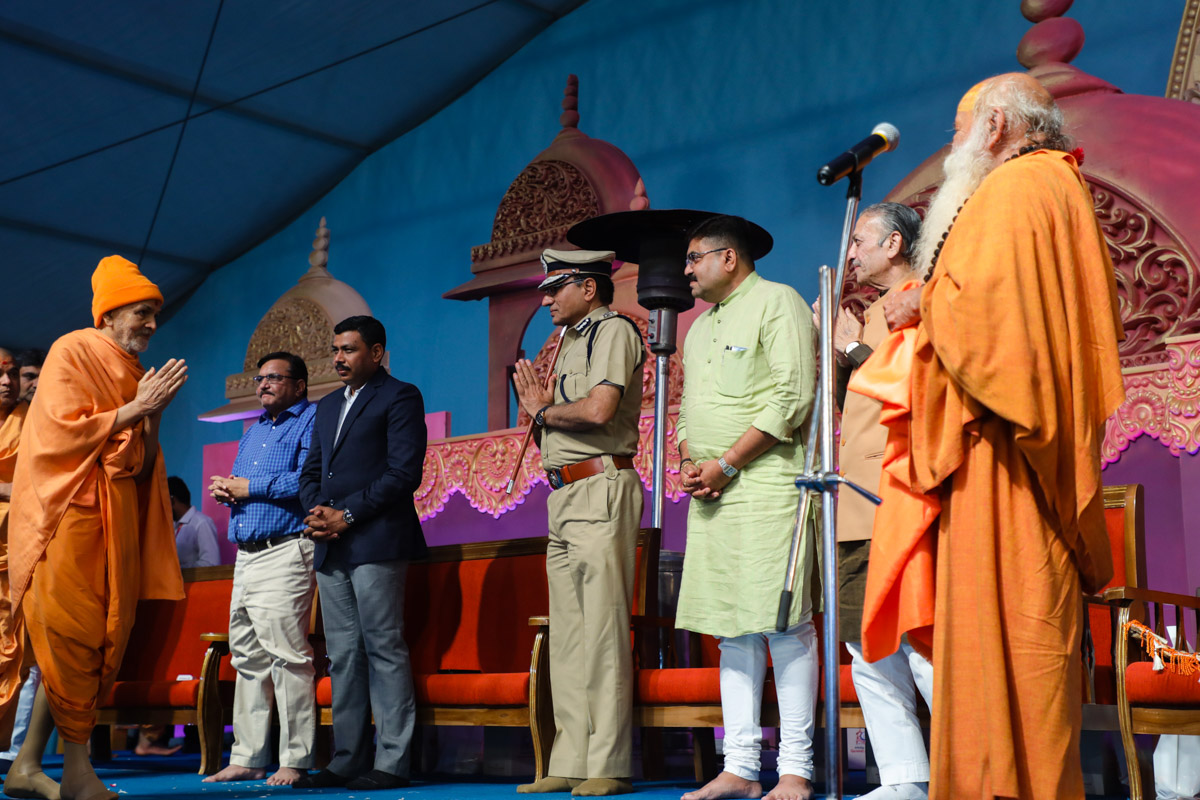 Swamishri greets invited guest with 'Jai Swaminarayan'