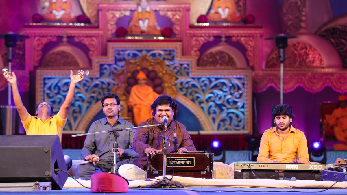 Shri Osman Mir presents kirtan bhakti in the assembly