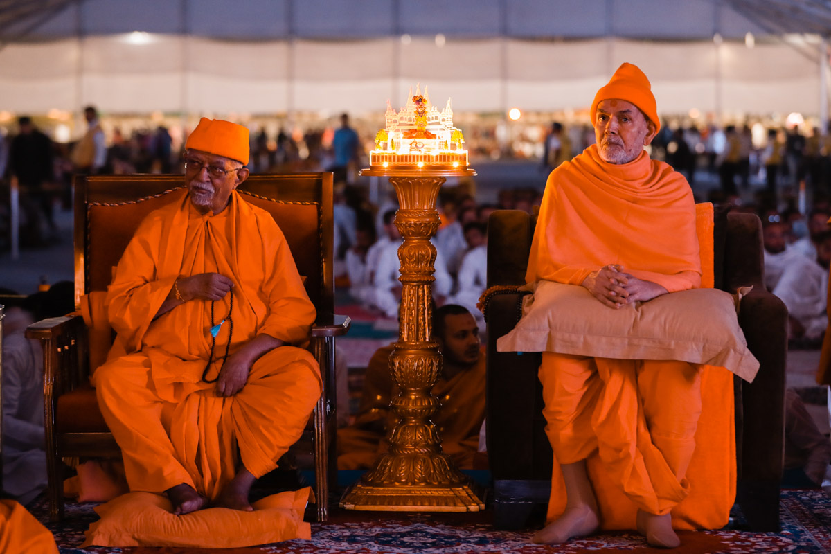 Swamishri during the evening satsang assembly<br><a href='https://www.baps.org/Photos/2018/10-December-2018-17607.aspx?mid=152693' target='blank' style='text-decoration:underline; color:blue;' >more photos</a>