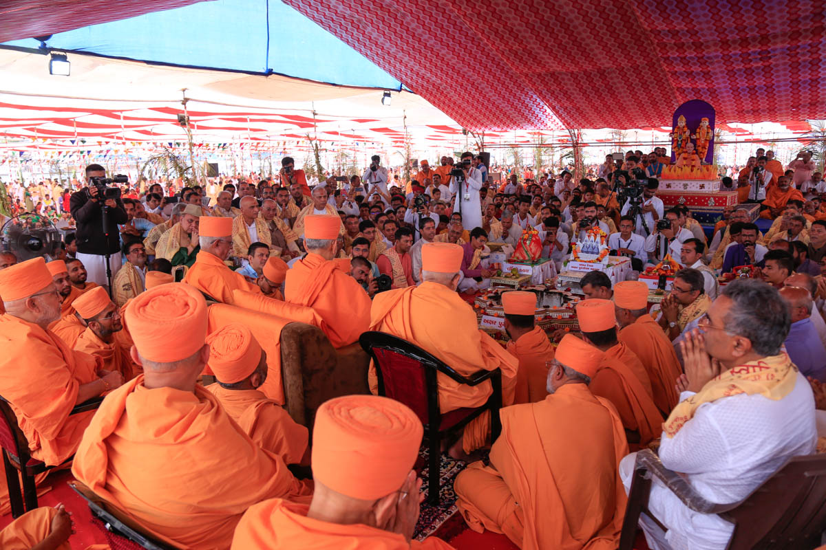 Swamishri, senior sadhus and devotees during the yagna