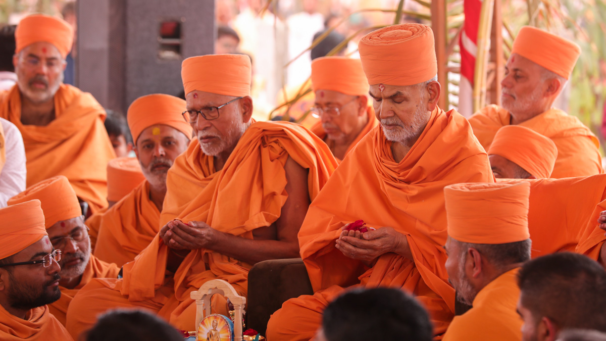 Swamishri and senior sadhus offer mantra-pushpanjali